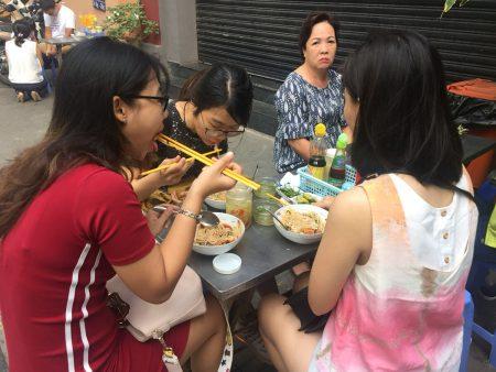 ベトナム ホーチミン 路上飯 蟹フーティウ