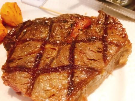 ベトナム ホーチミン Elsol ステーキ サラダバー肉