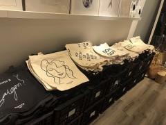 グエン・フエ42番地カフェアパートのモノクロトートバッグ専門店でとっておきのトートバッグを手に入れよう! 『The E.Y.E Saigon』
