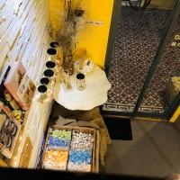 ホーチミン3区にある、温かな黄色が印象的な隠れマシュマロカフェ