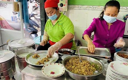 Bánh Cuốn Tây Hồの具材を巻く職人