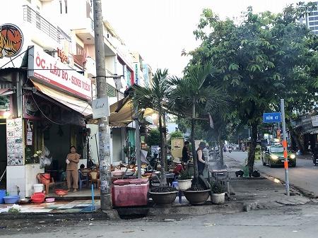 ベトナムの大衆食堂でご飯を準備する様子と道路