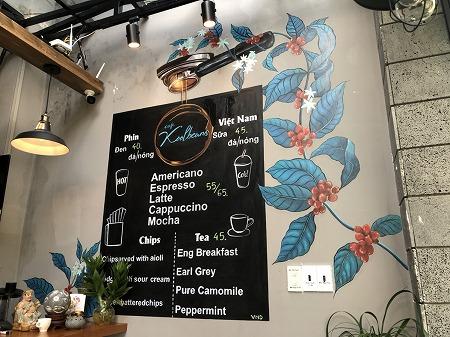 カフェの壁に飾られたコーヒーや紅茶のメニュー