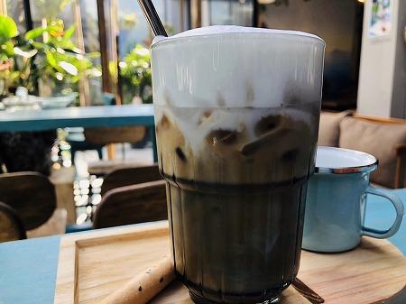ガラスのコップに入ったアイスカフェラテのアップ