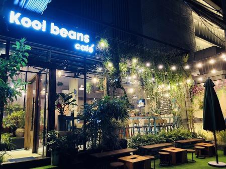 夜のkoolbeansカフェの概観