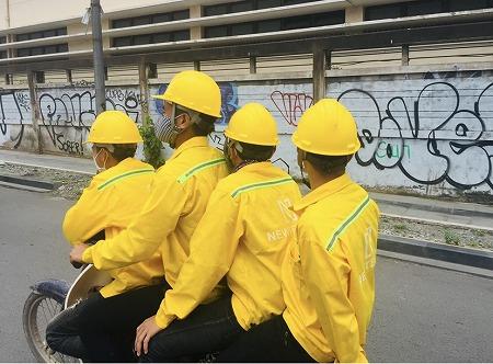 バイク4人乗りの黄色の集団