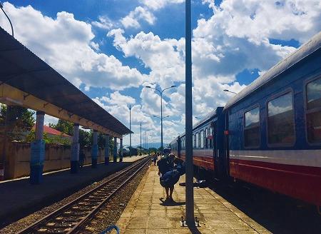 ベトナム統一鉄道の駅のホーム