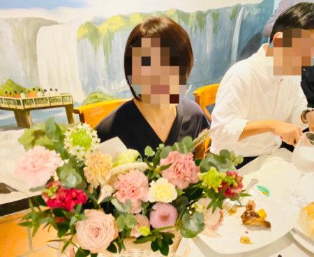 ホーチミン市内・シュラスコ店内にて撮影 花かごと女性