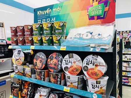 イベント中の韓国のカップラーメンが陳列された棚