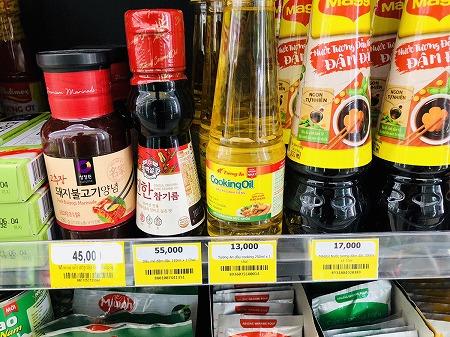 ベトナム製の醤油や油と韓国製のゴマ油やプルコギソースが陳列された棚