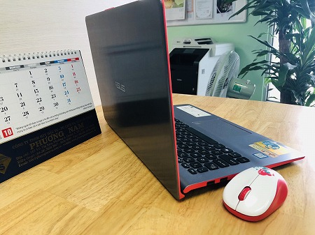 机の上に置かれたノートパソコンとマウス、カレンダー