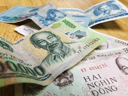 机上にある複数枚のベトナムドン紙幣