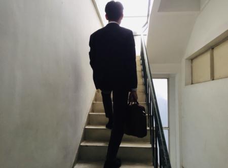 オフィス階段を登るベトナム人スタッフ