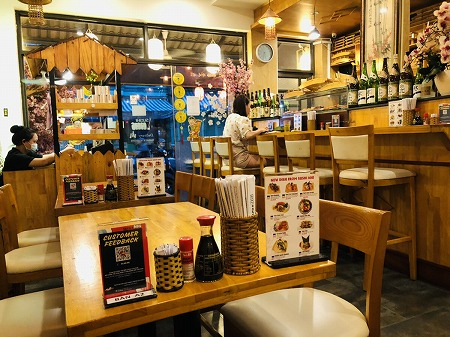 木目調のインテリアが特徴的な寿司屋の店内