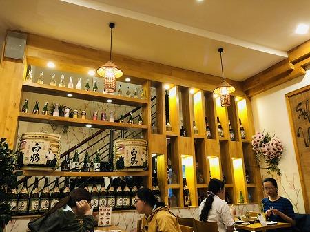 店内の棚に飾られた日本酒の樽や瓶