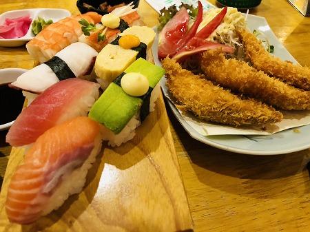 寿司下駄にのった寿司盛り合わせと揚げ物
