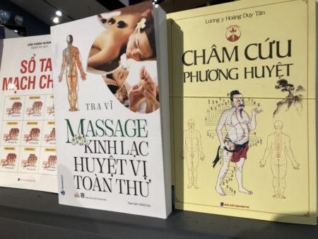 ベトナム語のマッサージや人体のツボに関する本