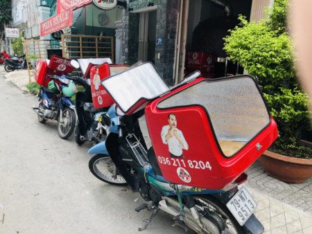 レストランPIZZA REALのロゴが入った宅配ボックスを積んだ3台のバイク