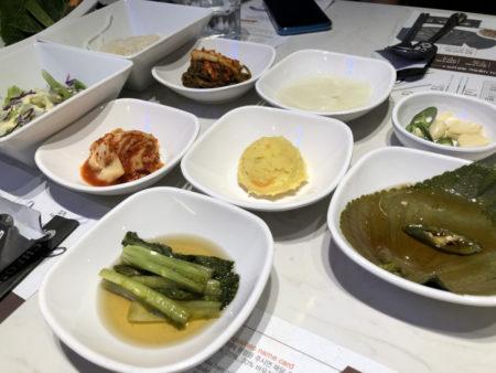 テーブルの上に並んだ韓国式おかずのパンチャン