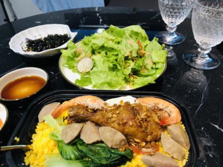 机の上に置かれたベトナムローカルフードのチキンライスとサラダ