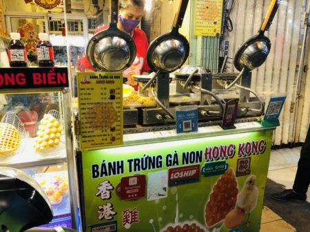 店先に並んだエッグワッフルの機械