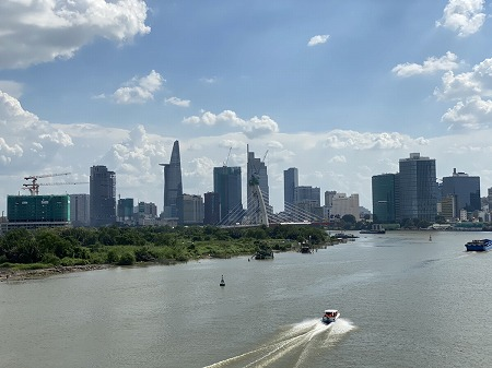 サイゴン川とオフィス街