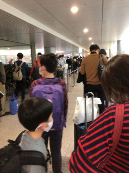 コロナ禍のタンソンニャット空港で医療申告を待つ列