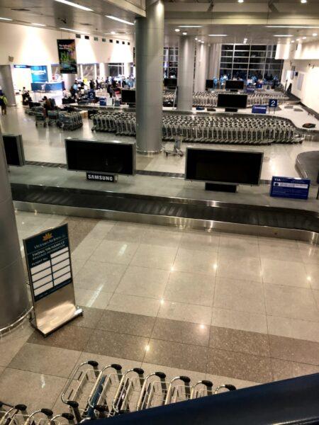 コロナ禍のタンソンニャット空港の受託手荷物受取場