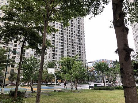 大型の高級マンションとその周りの広場