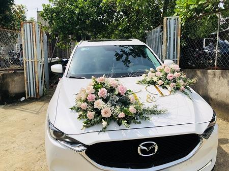 結婚式用に花で飾り付けされた白い車