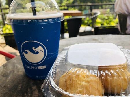 ブルーのカップに入ったコーヒーとミニシュークリーム