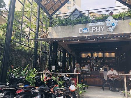 ホーチミン2区にあるDolphy caféの看板と外観