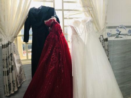 窓枠にかけられたウェディングドレス