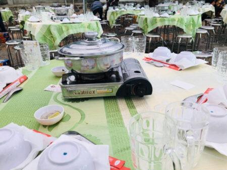 テーブルの上に置かれたカセットコンロと鍋
