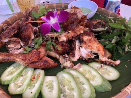大皿に盛られたベトナムの焼き鳥料理
