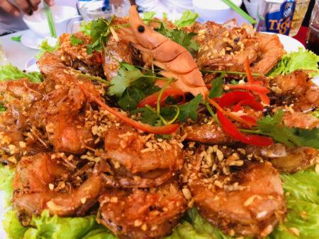 大皿に盛られたベトナムの海老料理