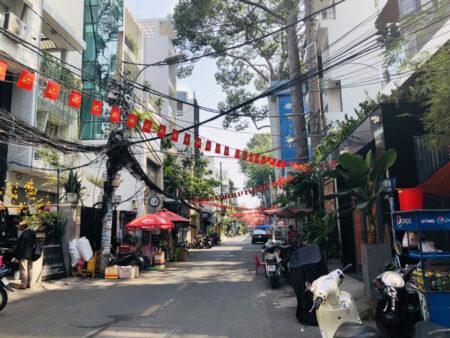 ベトナム国旗が飾られた道路