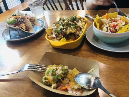 テーブルの上に並んだタコス料理