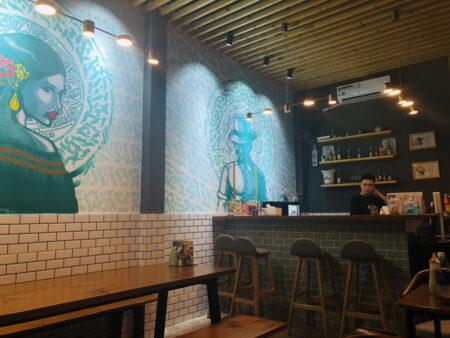 Tacos Fuegoの壁とテーブル、カウンターの様子