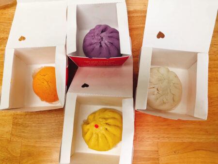 オレンジ、黄、紫、白のカラフルな肉まん