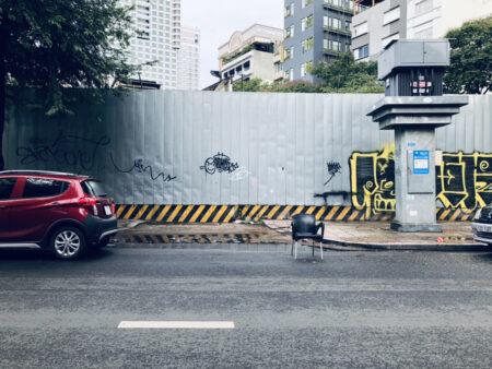道路に置かれた無人の椅子