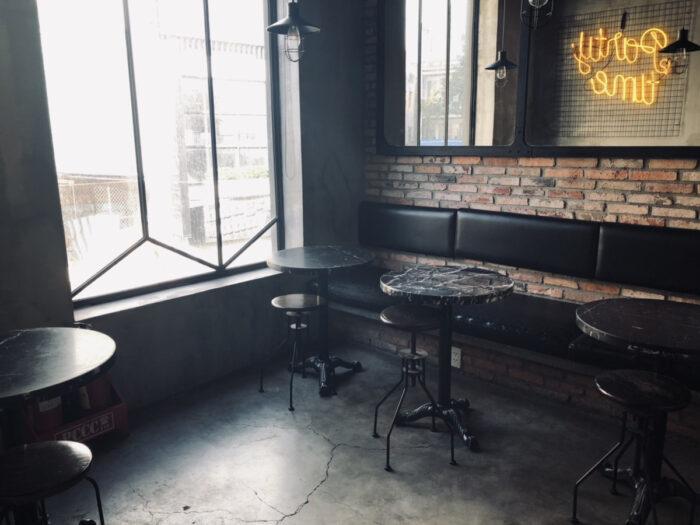 無人のカフェ店内
