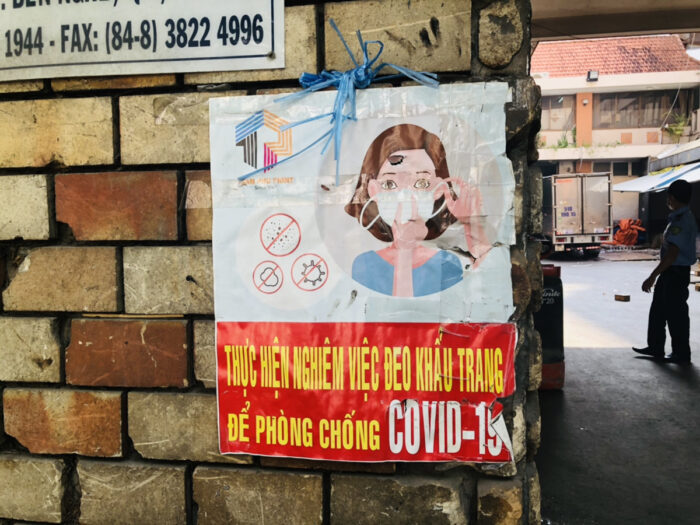 コロナ対策のポスターが貼られた壁