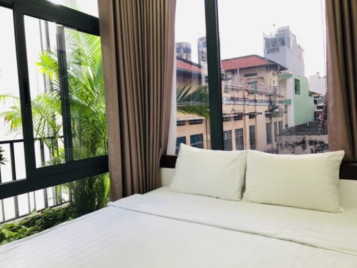 アパートのベッドと大きな窓