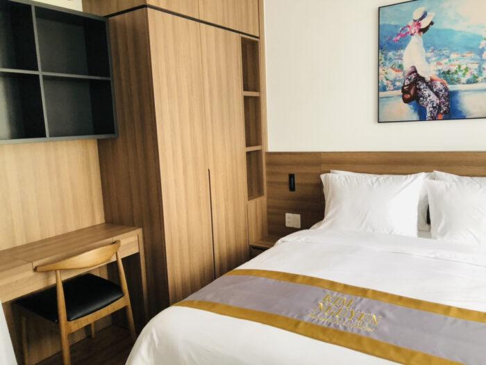 アパートのベッドとデスク