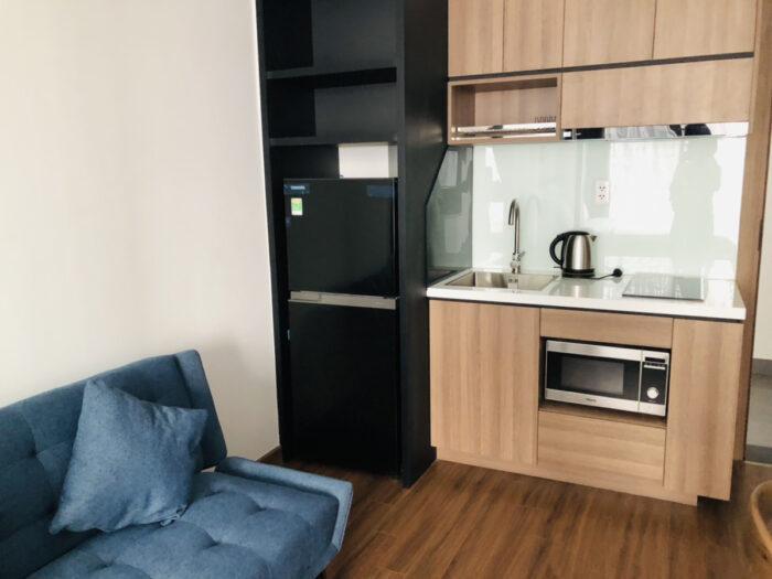 アパートのキッチンとソファ