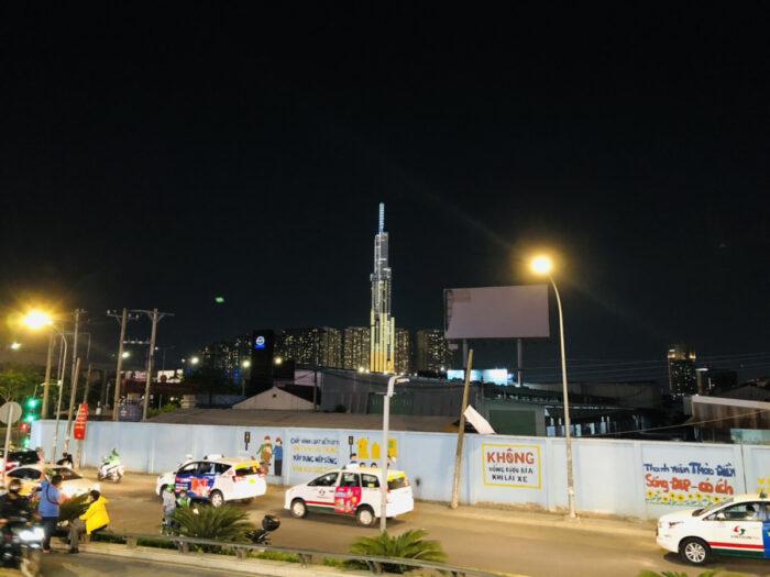 ホーチミン2区の夜の道路と高層ビルの風景