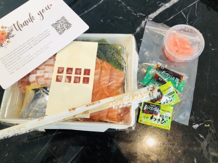お刺身セットとメッセージカード、ワサビと醤油など