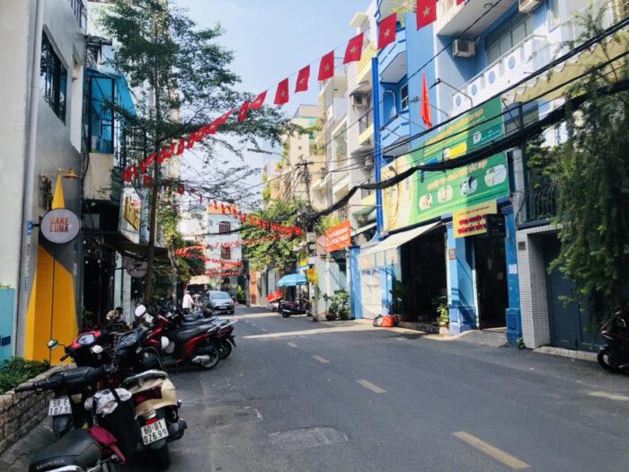 ベトナム国旗が飾られたホーチミンの街並み