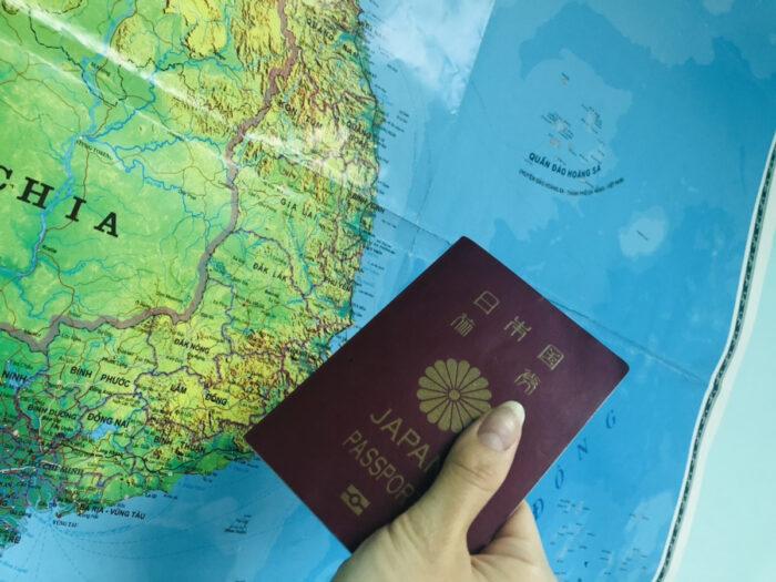 世界地図と日本国パスポート